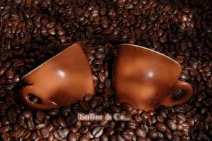 Kaffeebohnen und Tassen